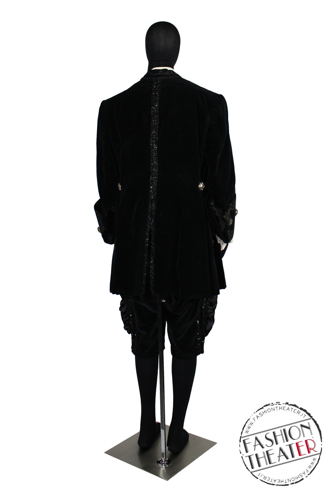 uomo-settecento-nero-teatro-municipale-piacenza-dt